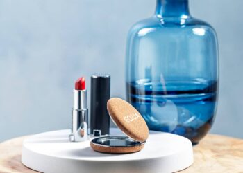 original-mujer-espejo-pinta-labio